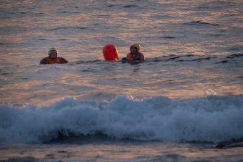 SVØMMETUR: To mann hoppet i sjøen og svømte til land