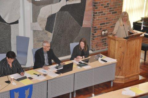 SMITTEVERN: Rita Iren Nordheim og kollegene i kommunestyret plasserer som regel hendene på talerstolen. Aps Arne Martin Finstad minnet politikerne om smittevernreglene.