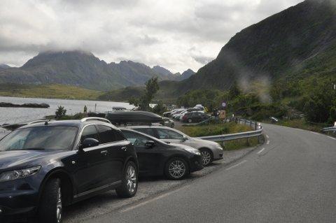 GJERDE: Bygdelaget på Fredvang slipper å fjerne gjerdet (t.h.) som ble satt opp mot villparkering i fjor sommer.