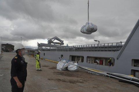 """SØPPEL: KV """"Jarl"""" losset søppel fra yttersiden av Moskenesøya i Leknes havn onsdag. - Vi har en del slike oppdrag, skipssjef Øystein Høyvåg."""