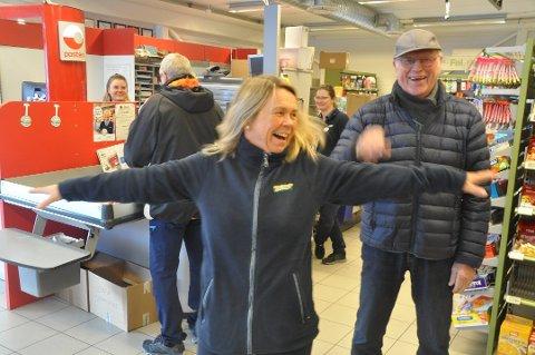 GOD DRIFT: Butikksjef Liv-Kjersti Andersen og de andre ansatte omsatte for 19,5 millioner kroner. Svenn Wullf er en av deres faste kunder. Dette bildet er tatt i forbindelse med to meters regelen som ble innført etter korona-pandemien.