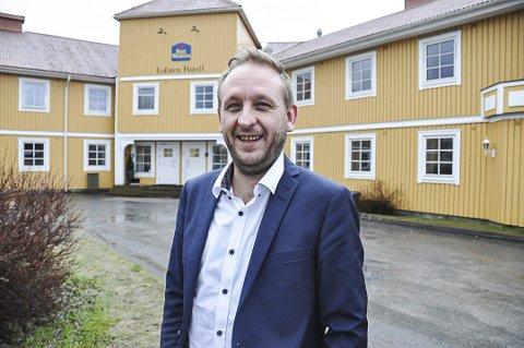 BRA PÅGANG: Kristian Talmo ved Scandic Leknes Lofoten gleder seg til det som ser ut til å bli en travel sommersesong - selv om han kanskje må jobbe i alle ledd selv.