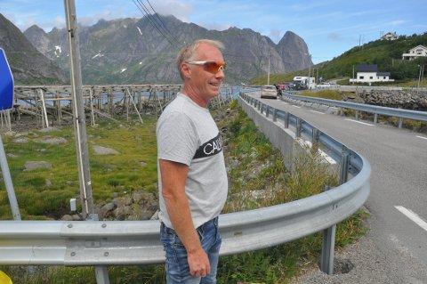PÅ HVER SIN SIDE: Lokalpolitiker Kristian Møller mener Statens vegvesen bør se på utvidelse av Valbrua og veien på høyresiden på bildet. Veivesenet mener riving av fiskehjeller og utvidelse på andre siden av veien er en bedre løsning.