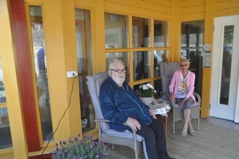 DUGNAD: Beboer Alf Håkon Rasmussen og styremedlem i Reine Pensjonistforening, Herdis Sæthre, ved et oppusset inngangsparti til eldreboligen på Reine. Foto: Magnar Johansen