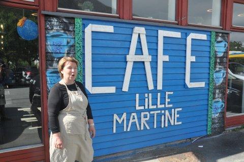 NÅDDE MÅLET: Marit Refsvik Johansen nådde etableringsmålet da hun startet kafeen på Ramberg i juni. Skiltet er forøvrig laget av Ivan Myklebust fra Skjelfjord.