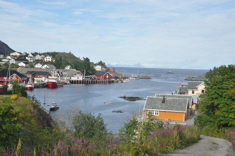 PERLE: Sørvågen er en perle med sin havn og naturomgivelser. Her finner vi også lønnstoppen fra Nordland fylkeskommune i Lofoten.