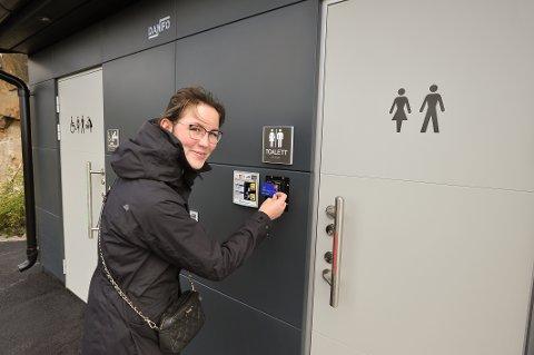 Camilla Ahokas fra Espoo ved Helsinki syntes toalettet på rasteplassen på Engøya ved Henningsvær var et kjempeflott tilbud for turistene.