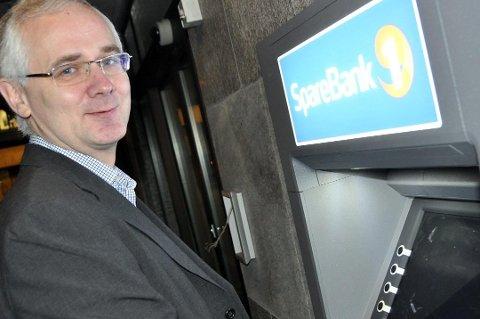REINE: Minibanken på Reine erstattes nå av «Kontanttjeneste i butikk» på Sørvågen, sier banksjef Geir Bringsli.