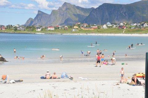 NORGESFERIE: Virkes reiselivsundersøkelse tyder på at nordmenn har oppdaget Norge som ferieland. Her fra Rambergstranda i juli i fjor. Foto: Magnar Johansen