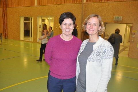 BLE HØRT: Ingunn Rasmussen (t.v.) lanserte forslaget som formannskapet valgte for fordeling av tilskudd til kommuner med høy ledighet. Her sammen med Agata Gasior, også hun næringsdrivende i Moskenes.