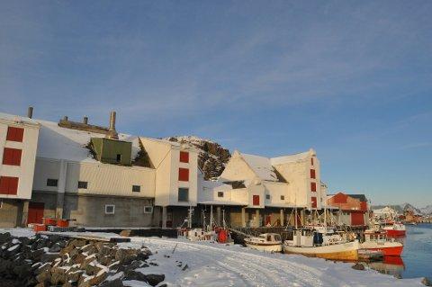 TEATER OG BOLIGER: I den gamle fabrikken nær hurtigrutekaia i Stamsund planlegges nye lokaler til Figurteateret i Nordland, samt boliger og kontorer. Foto: Magnar Johansen