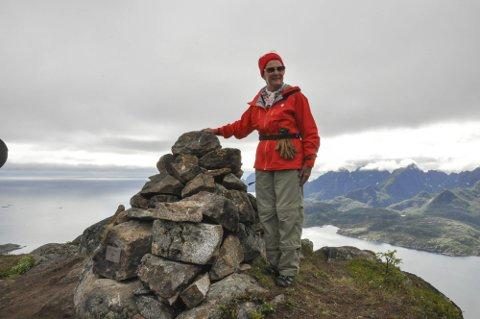 Stolt: Dronning Sonja var tydelig stolt over Dronningvarden på Stortinden. Her fra da Lofotposten tok turen opp på fjellet under avdukingen.