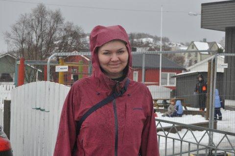TRYGT: Angelica Nicolaisen Jensvold (29) flyttet hjem til Vestvågøy med mann og datter i fjor. - Jeg kjente at jeg savnet Lofoten, sier hun. Foto: Magnar Johansen