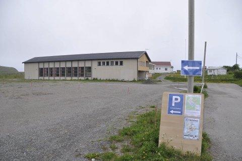 INVESTERING: Rådmannen vil sette av 2,5 millioner kroner til etablering av permanent parkeringsplass ved Fredvang skole.