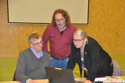 PLEIEUTGIFTER: Kommunedirektør Steinar Sæterdal (t.v.) mener ny kompensasjonsordning for ressurskrevende er et steg i riktig retning. Her med ordfører Lillian Rasmussen og varaordfører Bjørn Jensen.