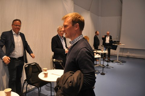 VEI OG FLYPLASS: Sigvald Rist og Jim-Roger Nordly kom med sterk oppfordring til Bård Ludvig Thorheim (foran) og de øvrige listetoppene fra Nordland om å kjempe for gjennomføring av Veipakke Lofoten og større flyplass i kommende NTP. Foto: Magnar Johansen