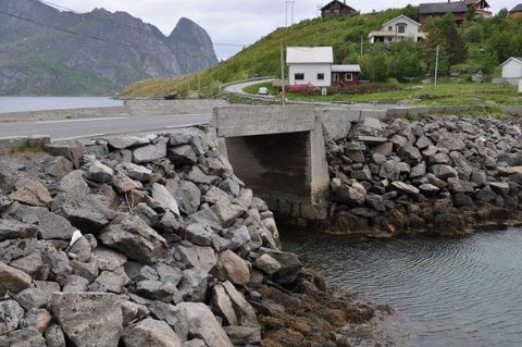 Andøyval bru på E10 ved Reine i Lofoten. Foto: Statens vegvesen
