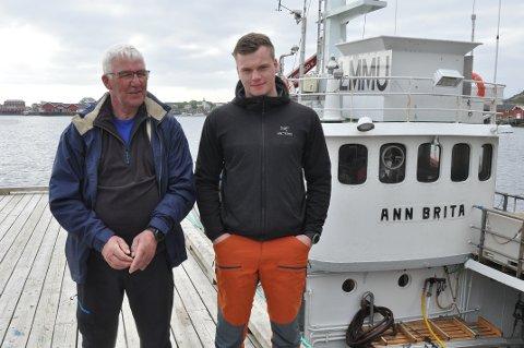 FANGST OG MORO: Henning Olsen (20) trives på kvalfangst sammen med bestefar Frank Terje Olsen. - Man blir litt yngre av å ha ungdom i mannskapet, sier farfaren. Foto: Magnar Johansen