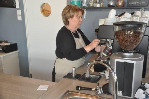 IKKE AKTUELT Å STENGE: Marit Refsvik Johansen reagerer på kritikken mot at Cafe Lille Martine fikk økt tilskuddet i den siste tildelingen fra Flakstads koronafond. Foto: Magnar Johansen