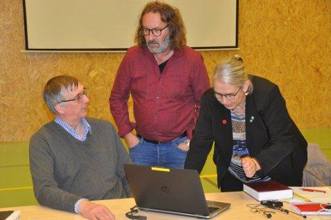 PÅDRIVER: Kommunedirektør Steinar Sæterdal (t.v.), varaordfører Bjørn Jensen og ordfører Lillian Rasmussen i Moskenes har bidratt til at småkommuner får økt pleiestøtte.