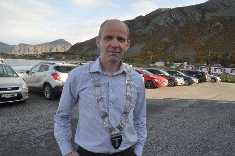 AVKLARINGER: Flakstad-ordfører Trond Kroken har fått grunneieravståelsene på plass for gang- og sykkelvei til Jusneset (i bakgrunnen).