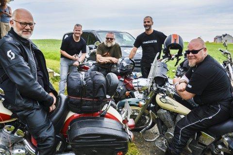 Utsattmann: På tur i Lofoten for å synliggjøre menn utsatt for seksuelle overgrep i oppveksten. Fra høyre Jarle Holseter, John Vinther Nissen, Raymond Lønberg, Johnny Thorsen og Svein Schøgren.Begge foto: Karin P. Skarby