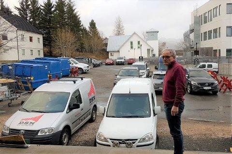 Kinosjef Paul Einar Olsen ved lasterampa bak Meieriet kultursenter. Her skal man ideelt sett kunne ta imot utstyr og varer, hadde det ikke vært for feilparkerte biler.