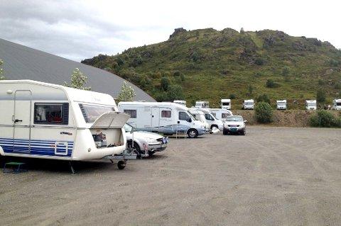 Som her under en tidligere coutryfestival vil Lofothallen også i sommer tilby campingplass for bobiler og campingvogner.