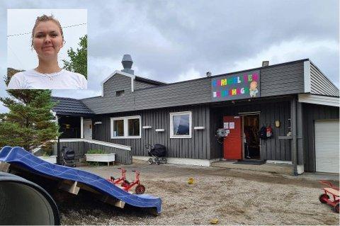 Bestyrer Angelica Jensvold (innfelt) i Tommeliten barnehage arrangerte foreldremøte utendørs.