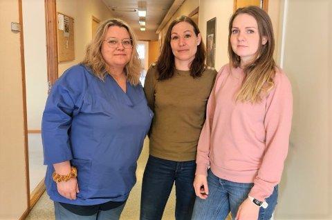 Helsefagarbeiderne Ingvill Haugen (f.v.), Lisa Marie Bundtz og Caroline Walle er tre av sju ansatte som bemanner kommunens koronatelefon. Ikke alle henvendelser er like trivelige.