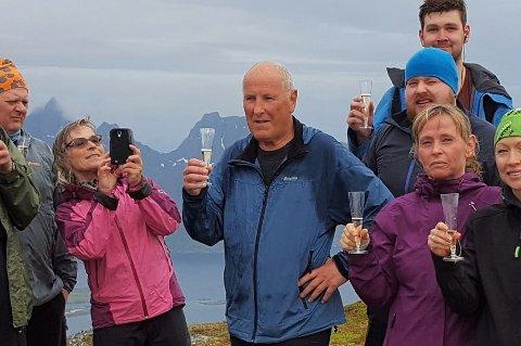 «Bildet er tatt på Håtinden. Det er min bursdag som feires. Vel og merke alkoholfritt!» sa nylig avdøde Terje Granhus (midten i blå jakke) om dette bildet, som ble tatt på tur med Til topps i Lofoten for noen år tilbake.
