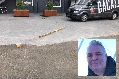 Helge Johnsen (innfelt) ved Kaikanten delikatesser på Ballstad fikk seg en støkk da et helikopter mistet en plankebit ned på gårdsplassen hans.