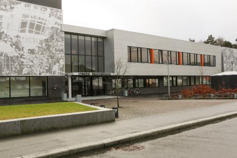SATSER PÅ BØKER: Lyngdal ungdomsskole satser på nye bøker til skolebiblioteket.