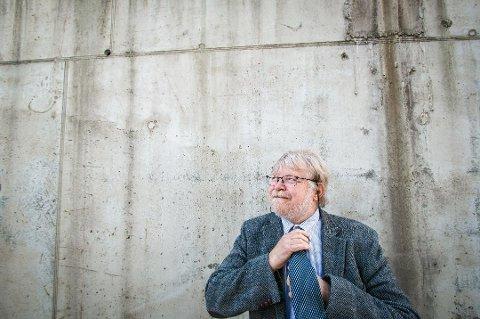 STENGER: Redaktør Lars Rekaa ber folk ringe Lyngdals Avis i stedet for å stikke oppom.