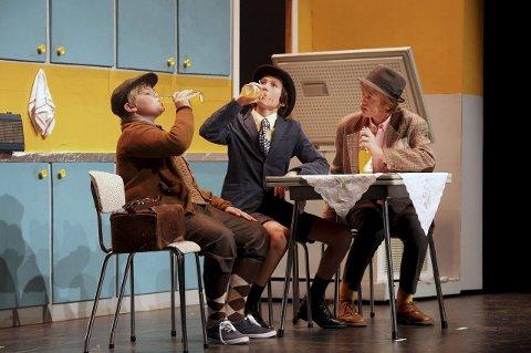 HELMAKS TRIO: Kjell (Martin Andresen), Egon (Eskil Roos Mangrud) og Benny (Kyrre Fretheim Walle) planlegger neste kupp i Kjells 60-tallsdekorerte kjøkken.