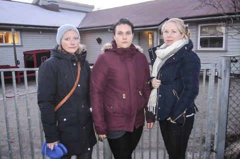 SKUFFET: Mødrene Lene Røstvær Schau (f.v.), Veronica Fredriksen Ribe og Eirin Kaasa synes det er feil prioritering å legge ned Bassenget barnehage.
