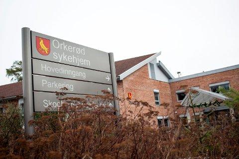 Lorentz Nitter, Knut Lindhom og Linda Gathen hevder at det som har tatt 13 år å bygge opp på Orkerød sykehjem av demenstilbud nå er revet ned på ett år.