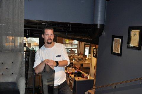 STENGER: Daglig leder Kjetil Zazzera og Café Riis må stenge inntil videre.
