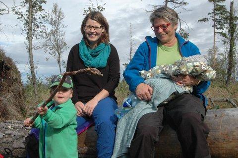 FAMILIETUR: Helén (t.v.) og Hilde Andreassen og Dennis (foran) og Alexander Andreassen Risan og nøt det fine høstværet på Rambergåsen.