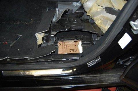 GJEMT: Flere pakker med kokain ble funnet gjemt i bilen.