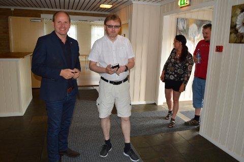 Reidar Kaabbel (Sp) og Brynjar Høidebraaten (KrF) på folkemøte mot kommunesammenslåing på Bøndenes hus i Råde.