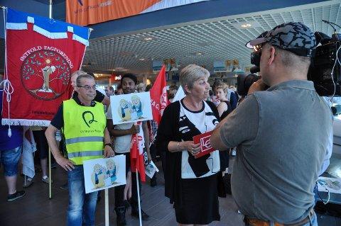 KRAFTSALVE: LO-leder Gerd Kristiansen skjelte ut regjeringens avgiftspolitikk og fikk ketchup og sennep fra Idun i gave fra LO lokalt for kraftsalven.