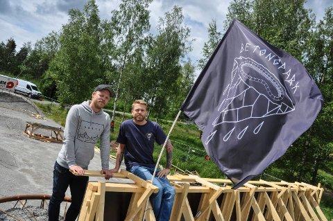 SNART KLART: Filip Engen (t.v.) og André Simonsen skal i løpet av en måned åpne skateparken til 1,6 millioner kroner.