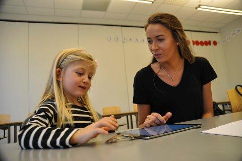 Son skole deltar i leseprosjekt. Elev Johanna Mari Fresk i førsteklasse møter student Victoria Øien. Vestby kommune