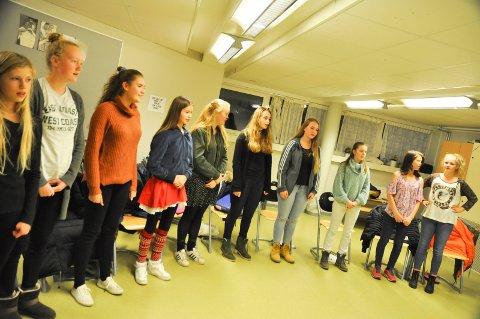 ØVELSE: Deler av kulturskolekoret øver til Nocturne-konserten.