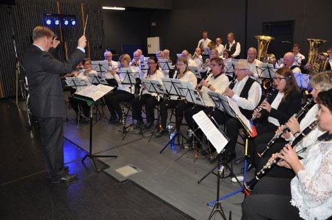 FESTPROGRAM: Arnstein Lund dirigerte andre avdeling av jubileumskonserten i Rygge Ungdomsskole.