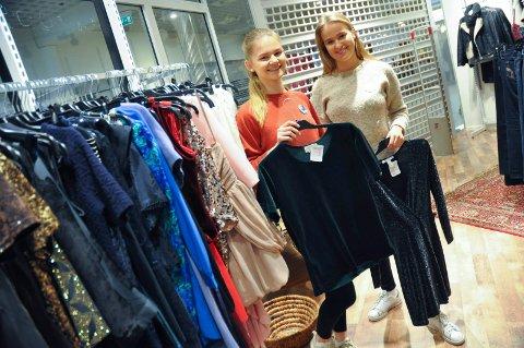 FØRSTE VAKT: Amalie Klæboe og Albertine Unnerud (til høyre) var jobb i butikken under åpningen.