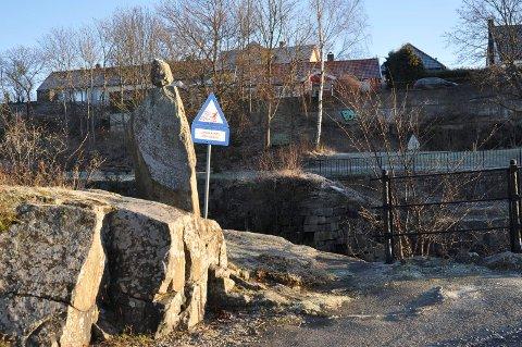 VAR TO: Nå står bare en av skulpturene ved Mossefossen igjen.