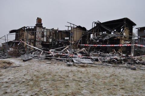 RUIN: Brannruinen på Østre står forsatt til skue, men nå håper man at riving og rydding straks skal starte.