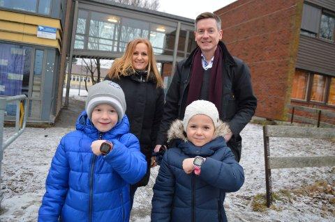 Valgte smartklokker: Anton og Vilma har smartklokker istedenfor mobiltelefon. – Ikke noe problem for oss at de samles inn på skolen, sier foreldrene Line og Eirik Ekeland Hermansen.